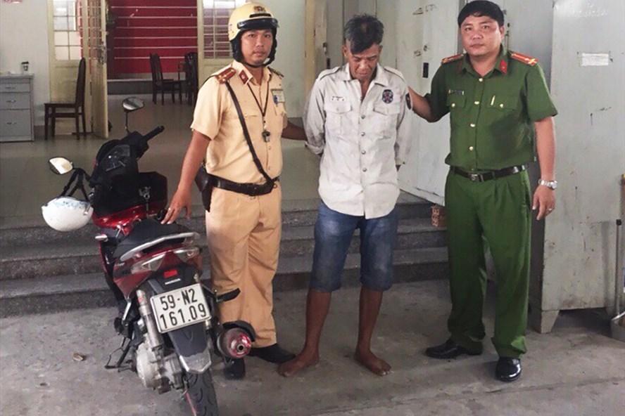 Dù đã trộm được chiếc xe để hớ hênh bên đường nhưng Phong đã bị CSGT Tân Túc tóm gọn khi đang đi tiêu thụ.