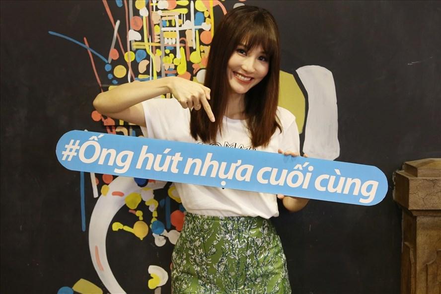 Diễm My rạng rỡ khởi động chiến dịch vì một Việt Nam không rác nhựa (Ảnh: Change)