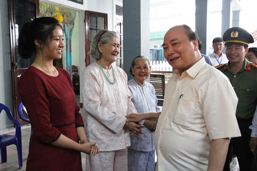 Thủ tướng Nguyễn Xuân Phúc hỏi thăm người dân Phú Vang sau sự cố môi trường biển. Ảnh: NĐT