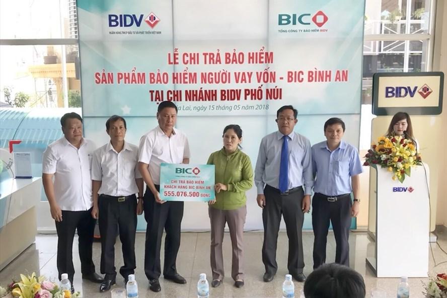Ông Trần Hoài An, Tổng Giám đốc BIC, trao hơn 555 triệu đồng tiền bảo hiểm cho gia đình khách hàng Ngô Văn Hùng.