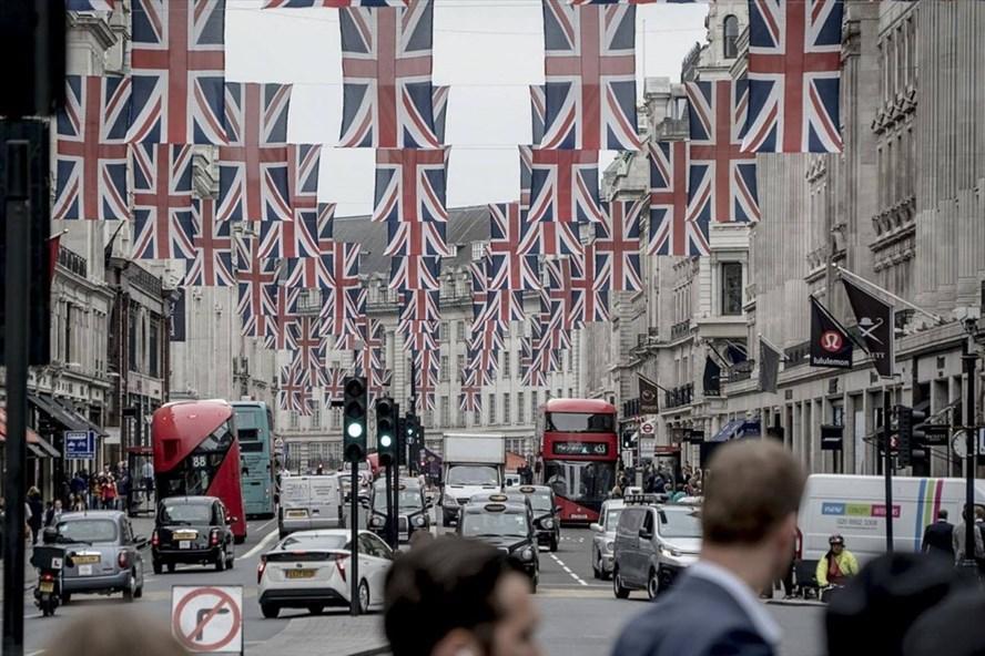 Đường phố London trang hoàng trước đám cưới hoàng gia Anh. Ảnh: NYT.