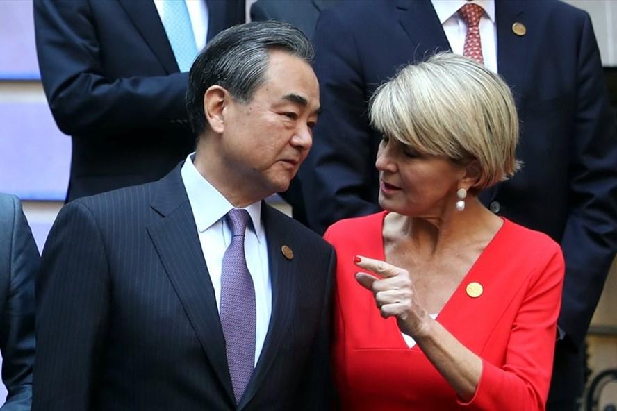 Ngoại trưởng Australia Julie Bishop phản đối hành động quân sự hóa Biển Đông trong cuộc gặp người đồng cấp Trung Quốc Vương Nghị. Ảnh: Reuters