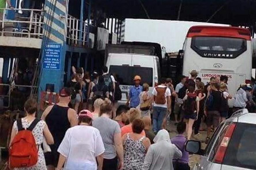 Theo bà Lynne Ryan, người đi cuối, mặc áo trắng, đội mũ hồng trong đoàn khách Úc lên phà HP – 2732 chính là bà. Ảnh do bà Lynne Ryan cung cấp.