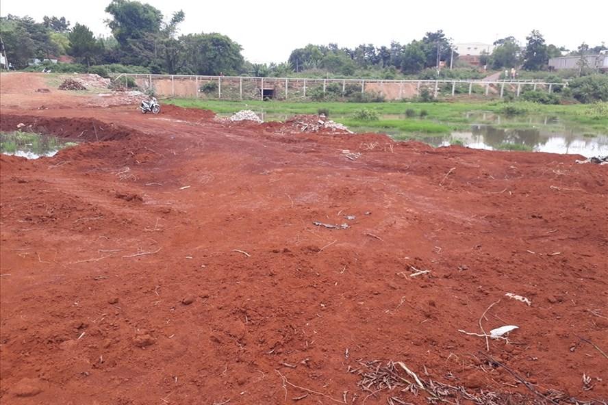 Đất thượng lưu suối Hội Phú (đường Lê Thánh Tôn, TP.Pleiku) bị san lấp. Ảnh Đình Văn.