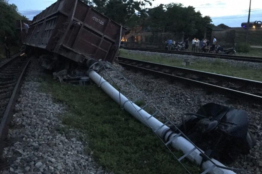 Toa tàu sau vụ tai nạn đã đâm vào cột điện bên đường. Ảnh: ĐL