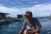 Chủ lồng bè cá Sinh vừa nuôi thủy sản tổ chức đón khách du lịch tham quan, ăn uống