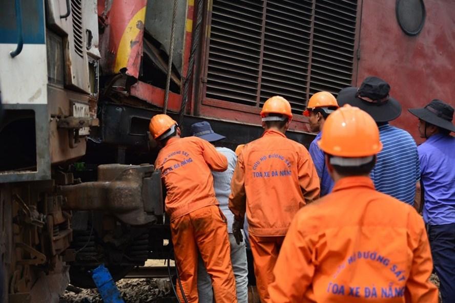Lực lượng chức năng ngành đường sắt đang nỗ lực, khẩn trương khắc phục hậu quả của vụ va chạm giữa 2 tàu chở hàng xảy ra tại ga Núi Thành, đoạn thị trấn Núi Thành, tỉnh Quảng Nam. Ảnh: VĂN LUẬN