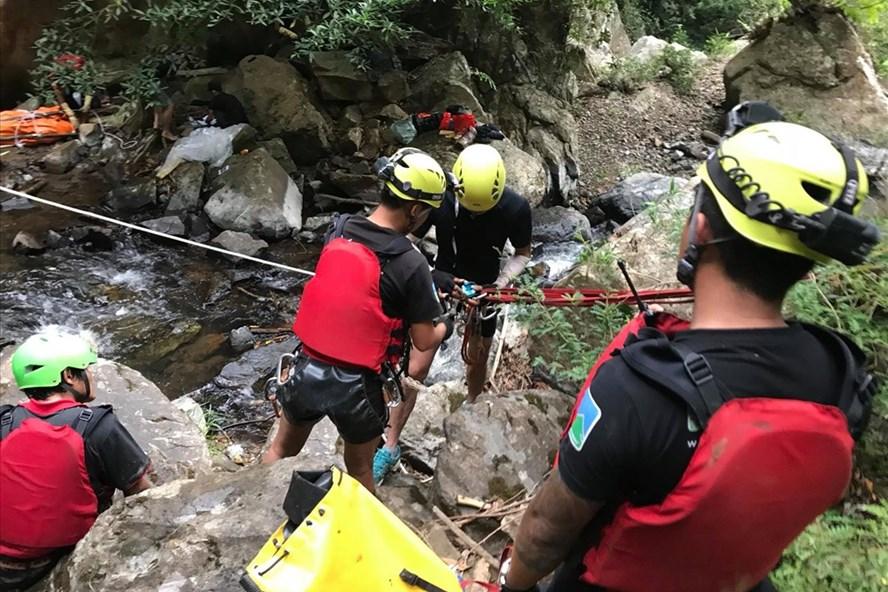 Các nhóm tình nguyện trải qua quãng đường khó khăn để đến nơi thi thể K nằm.