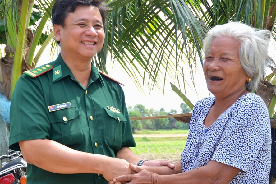 Nụ cười tươi rói này giữa người dân bên kia biên giới với BĐBP Việt Nam, chính là đường biên giới vững chắc và bền vững nhất. (Ảnh: Lục Tùng)