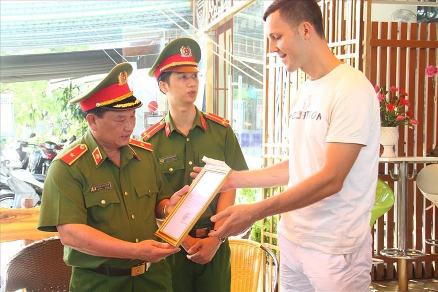 Thiếu tướng Phạm Văn Thực- Cục phó Cục PCCC và CNCH, Bộ Công an đã tặng Bằng khen cho du khách Valeria (quốc tịch Nga).