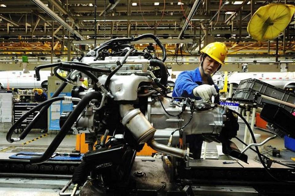Công nhân điều khiển máy móc tự động - Ảnh: VnReview