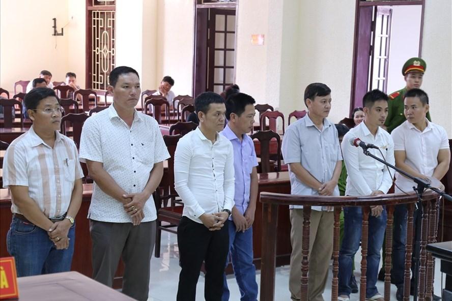 Ông Nguyễn Xuân Dương (bìa trái ảnh) và các bị cáo tham gia vụ đánh bạc. Ảnh: HT.