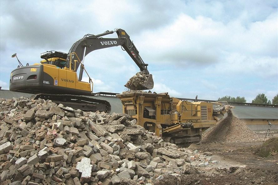 Ở TP HCM, ước tính mỗi ngày thải ra khoảng 2.000 tấn rác xây dựng, nhưng vẫn chưa có nhà máy xử lý loại rác này. Ảnh: Đ.A