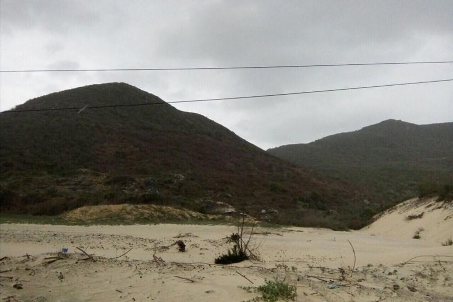Núi non bị chặt phá vô tội vạ, hòng chiếm đất chờ đền bù ở xã Vạn Thạnh, huyện Vạn Ninh, tỉnh Khánh Hòa. Ảnh: Nhiệt Băng