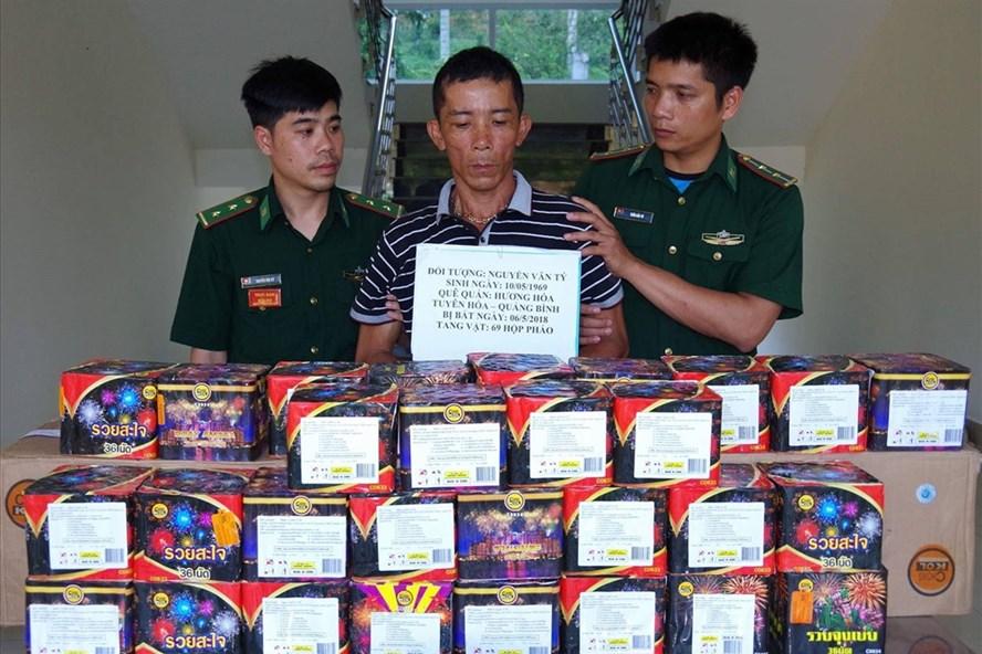 Nguyễn Văn Tý và tang vật (ảnh: P.V)