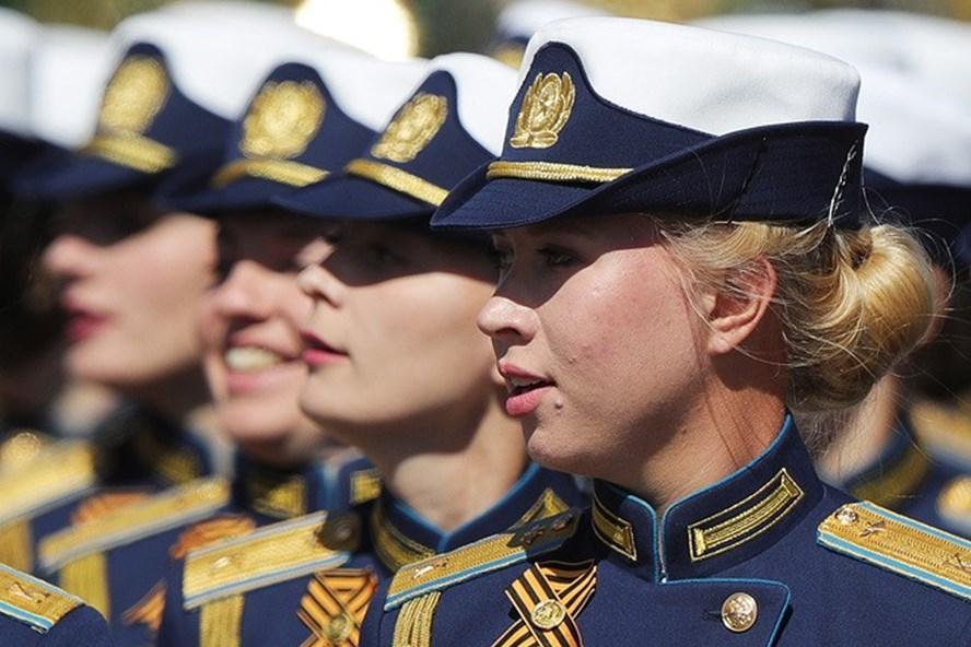 Những bóng hồng xinh đẹp của Học viện quân sự Budyonny tại Quảng trường Đỏ. Ảnh: Tass.