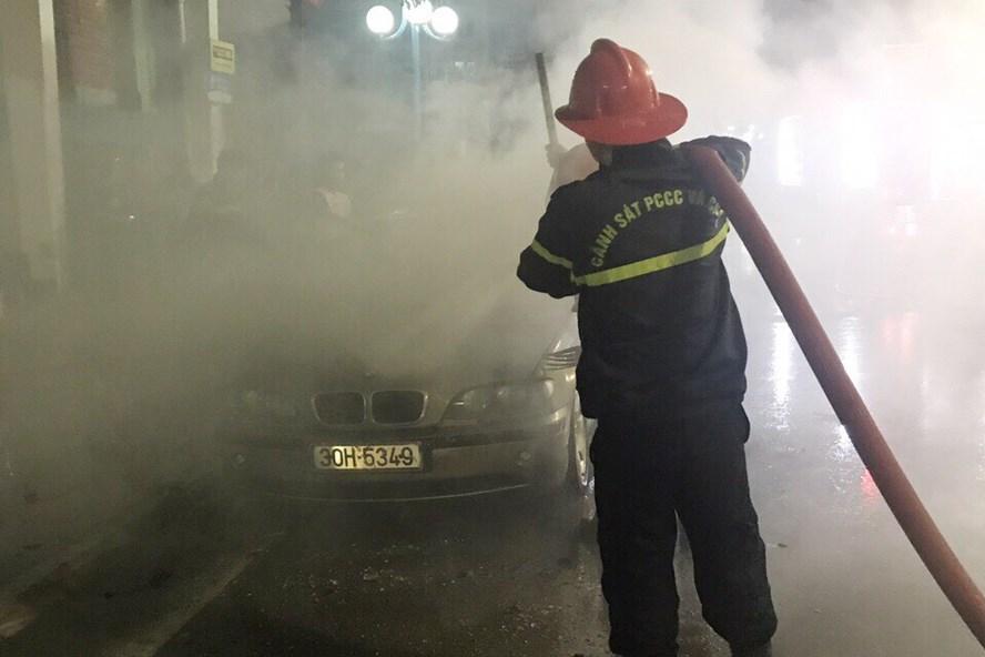Vụ cháy đã được dập tắt trong ít phút nhưng ngọn lửa đã hủy hoại hoàn toàn nội thất chiếc BMW. Ảnh: QTV