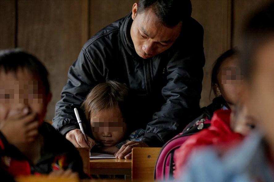 Một lớp học tại Trường Tiểu học Tri Lễ 4 (xã Tri Lễ, huyện Quế Phong, tỉnh Nghệ An). Ảnh: kenh14.vn