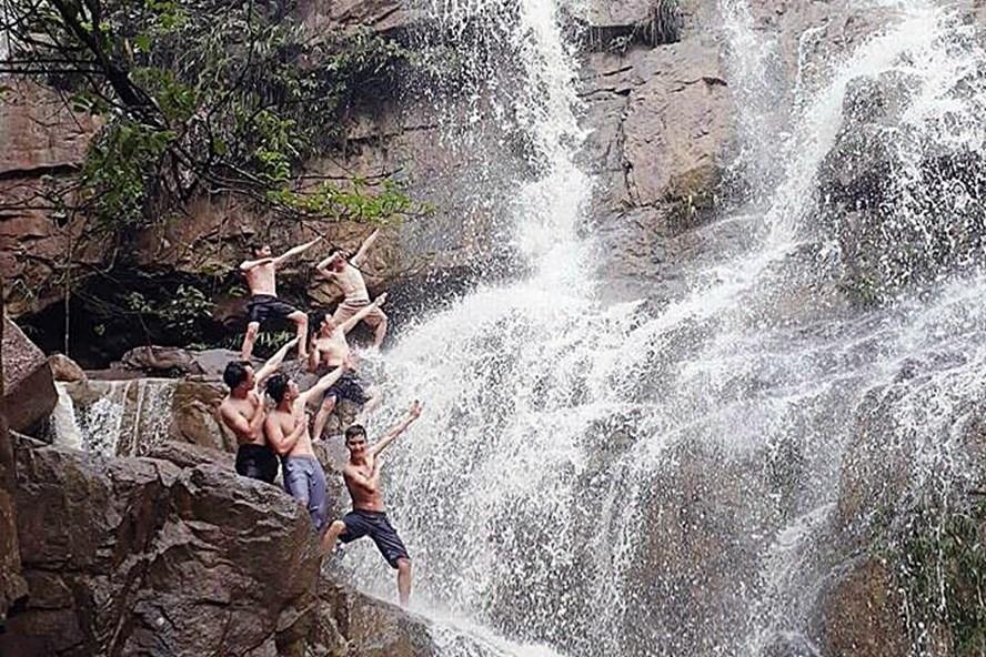 Các bạn trẻ vui đùa dưới dòng thác Lựng Xanh. Ảnh. Chiến Cơ