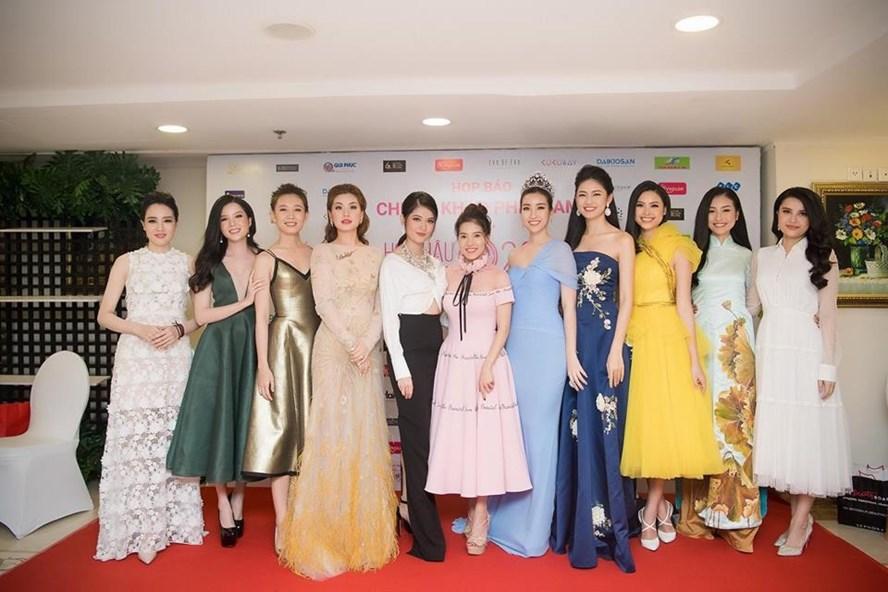 Bà Phạm Kim Dung (váy hồng, giữa) cùng dàn người đẹp Hoa hậu Việt Nam