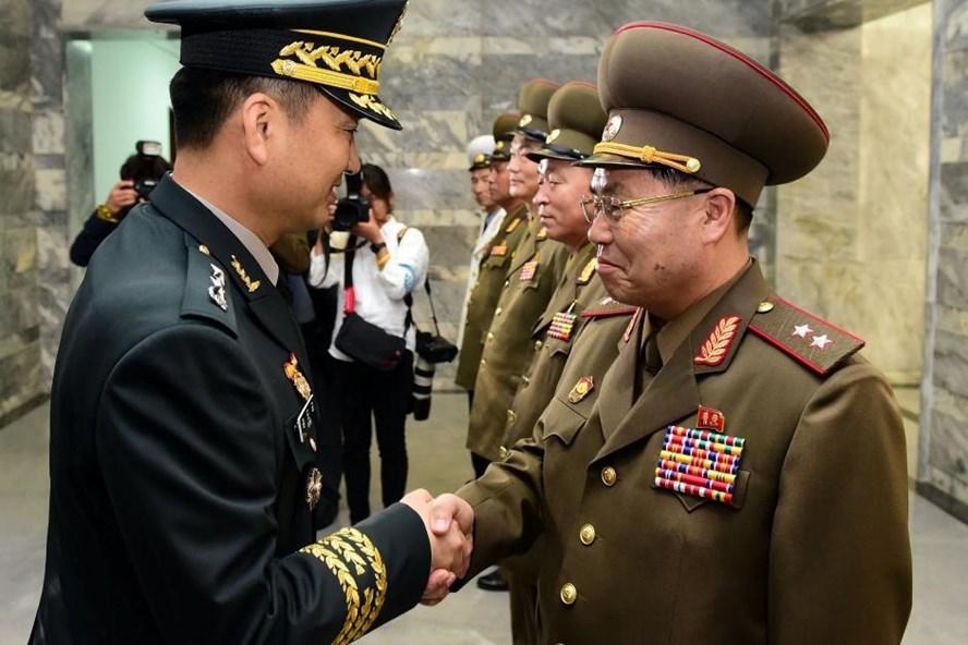 Thiếu tướng Hàn Quốc Kim Do-gyun và trung tướng Triều Tiên An Ik-san bắt tay trước đàm phán, ngày 14.6. Ảnh: Reuters