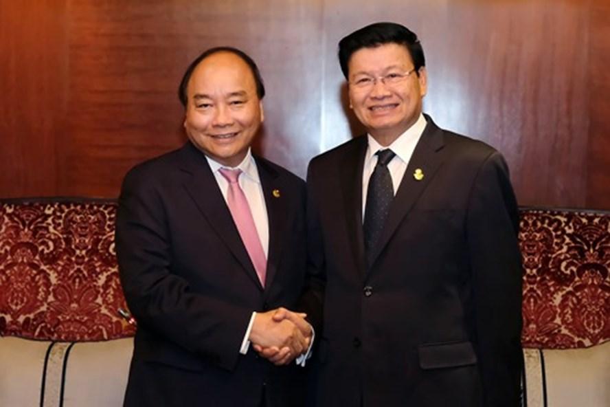 Thủ tướng Nguyễn Xuân Phúc gặp Thủ tướng Lào Thongloun Sisoulith. Ảnh: VGP.