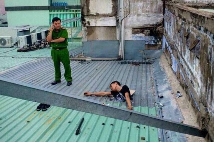 Bức ảnh lan truyền trên mạng kèm theo chú thích nam thanh niên đục mái tôn ăn trộm và bị điện giật tử vong.