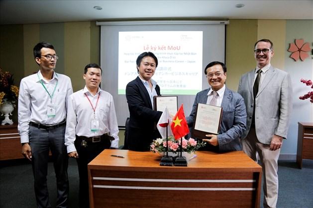 Ông Daisuke Kawasaki – Tổng giám đốc ACC Japan và ThS. Lương Minh Sâm – Phó Hiệu trưởng ĐH Đông Á ký kết thỏa thuận hợp tác