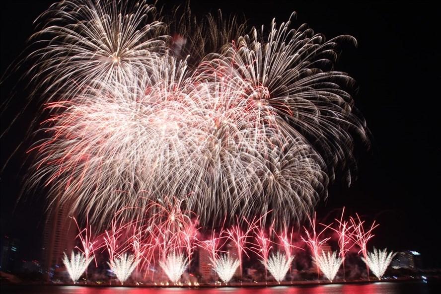 Đây là lần đầu tiên đội Hồng Kông đến với Lễ hội pháo hoa Quốc tế Đà Nẵng. Ảnh: N.T