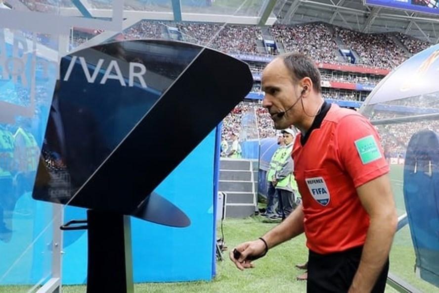 Trọng tài nhìn vào màn hình VAR.