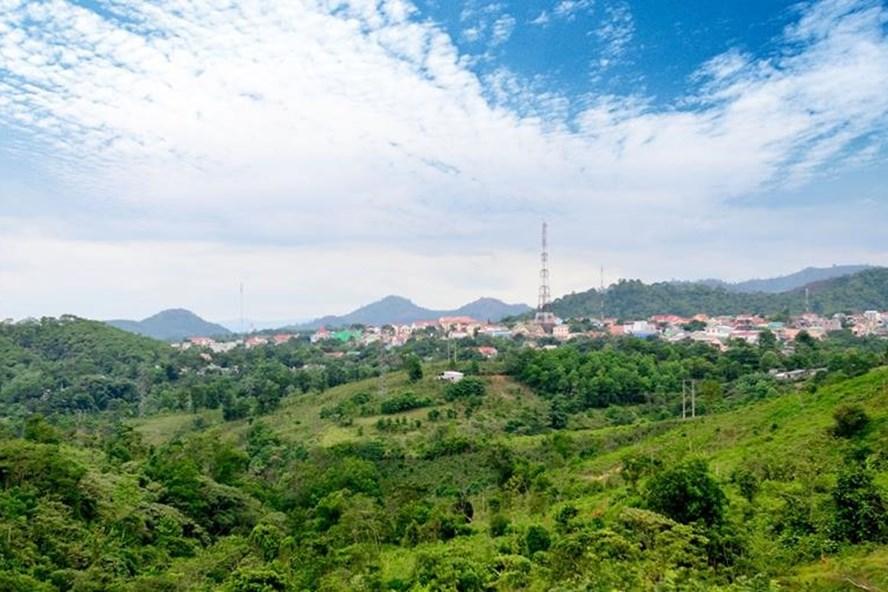 Giữa màu xanh, giữa những đỉnh núi là hình hài của một thị trấn Khe Sanh năng động, phát triển. Ảnh: Trần Hải.