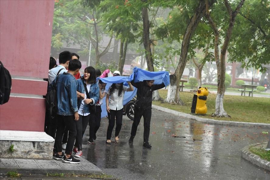 Trong ngày làm thủ tục hôm 24.6, cơn mưa lớn đã gây khó khăn cho các sĩ tử. Ảnh: NĐT