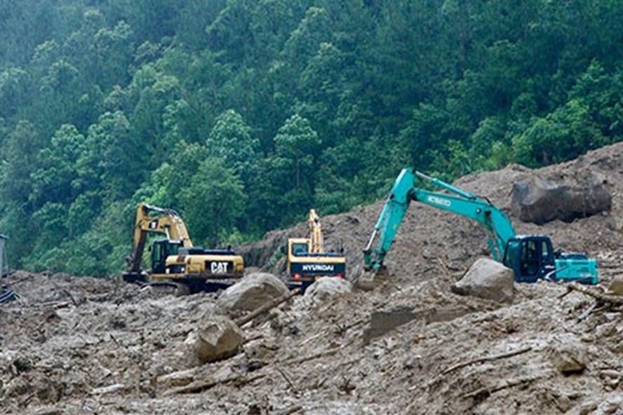 Thi công khắc phục sự cố sạt lở đất, đá gây ách tắc giao thông tuyến quốc lộ 4D (đoạn qua xã Sơn Bình, huyện Tam Đường). Ảnh: Bùi Chiến (Báo Lai Châu)