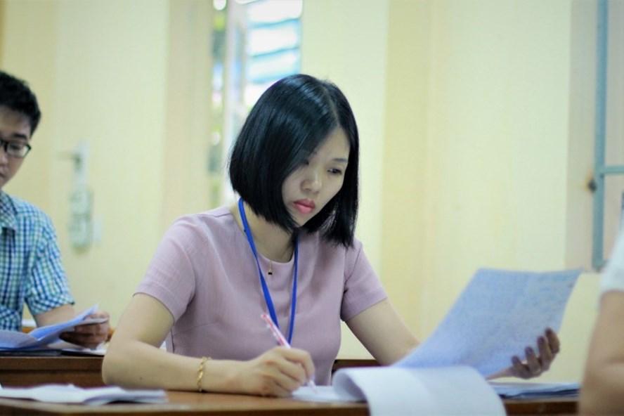 Cán bộ chấm thi môn Ngữ văn trong kỳ thi THPT quốc gia 2017. Ảnh: Lê Văn.
