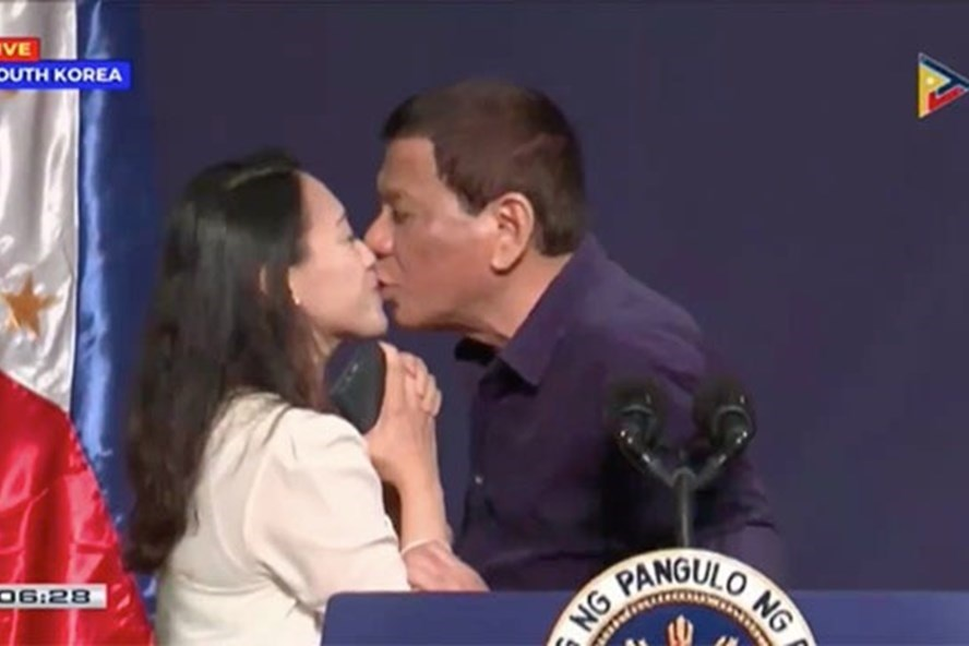 Tổng thống Rodrigo Duterte hôn môi nữ công nhân đã có gia đình trong một sự kiện ở Hàn Quốc. Ảnh chụp màn hình