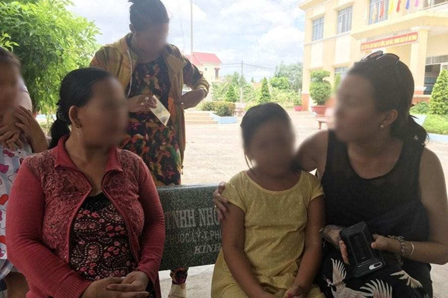 Bé T cùng người thân đang lấy lời khai tại Cơ quan CSĐT Công an. Ảnh: Dân Việt