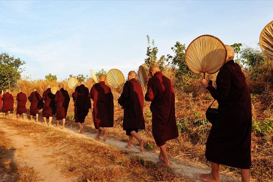 Từ 6h sáng, các nhà sư đã xếp thành từng hàng dài đi khất thực.
