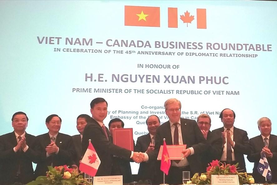 Thủ tướng Chính phủ Nguyễn Xuân Phúc chứng kiến hai bên trao thỏa thuận hợp tác trong lĩnh vực KHCN. Ảnh: PV