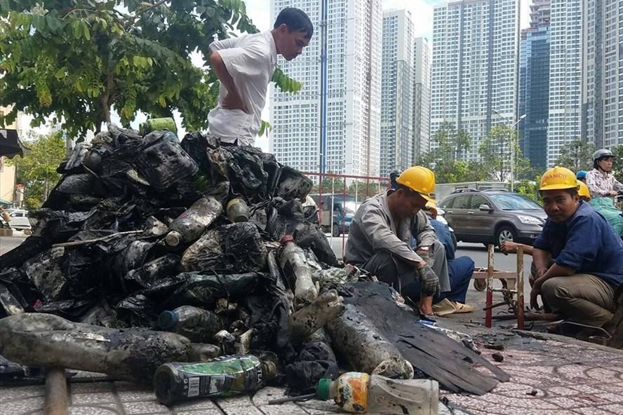 Mỗi năm TPHCM tốn gần 4.000 tỉ để duy tu hệ thống thoát nước và xử lý rác thải nhưng cả trên đường lẫn dưới cống đều ngập rác. Ảnh: N.B