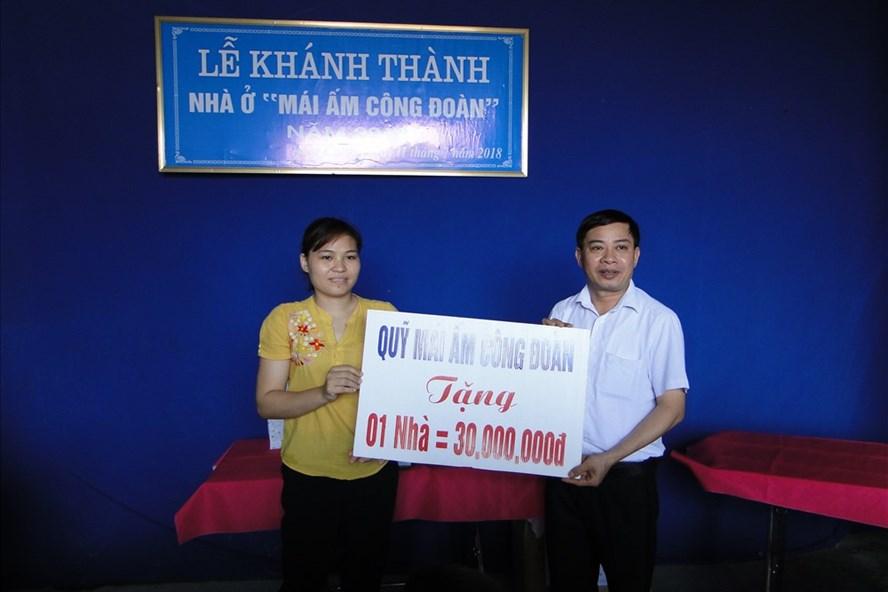 Phó Chủ tịch LĐLĐ tỉnh Thái Bình Trần Văn Toản trao kinh phí hỗ trợ xây nhà Mái ấm Công đoàn cho chị Mai Thị Thu.