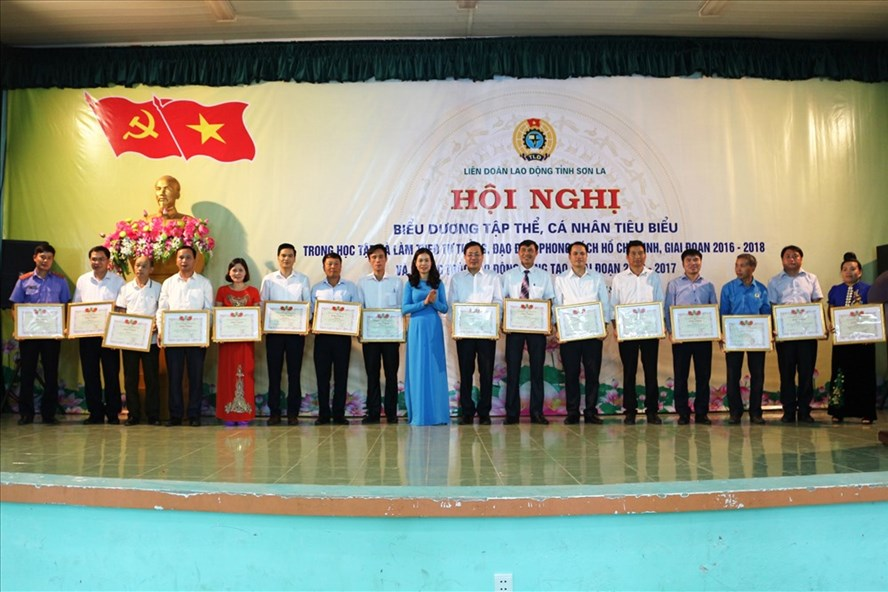 Chủ tịch LĐLĐ tỉnh Sơn La Hoàng Ngân Hoàn tặng bằng khen cho các tập thể có thành tích tiêu biểu trong phong trào học tập và làm theo tư tưởng, đạo đức, phong cách Hồ Chí Minh.