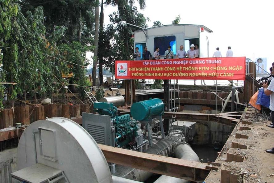 Bơm chống ngập công suất lớn được đặt chống ngập cho đường Nguyễn Hữu Cảnh. Ảnh: M.Q