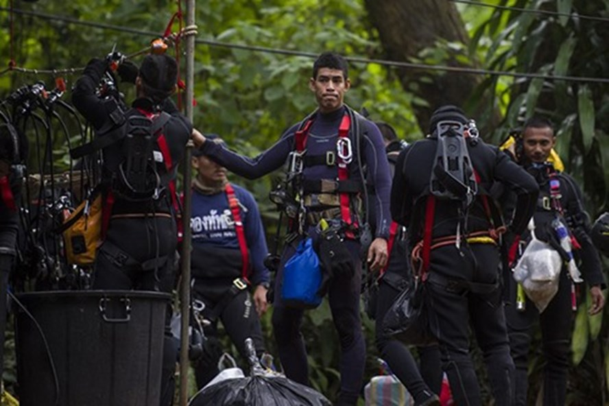 Các thợ lặn tại chiến dịch cứu hộ đội bóng nhí ở hang Tham Luang hôm 5.7. Ảnh: AFP
