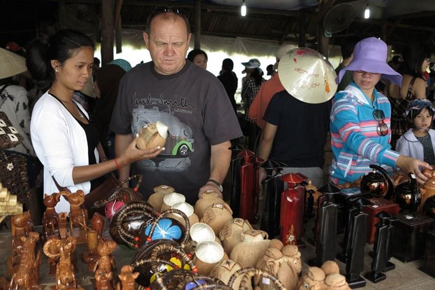 Khách du lịch mua hàng lưu niệm tại Củ Chi (TP.Hồ Chí Minh).