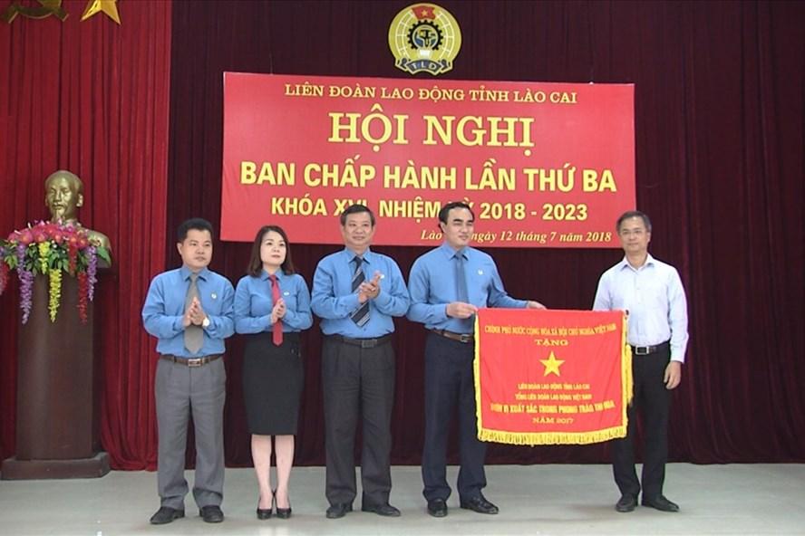 Nhờ triển khai tốt các phong trào thi đua trong năm 2017, LĐLĐ tỉnh Lào Cai được nhận Cờ thi đua của Chính phủ.