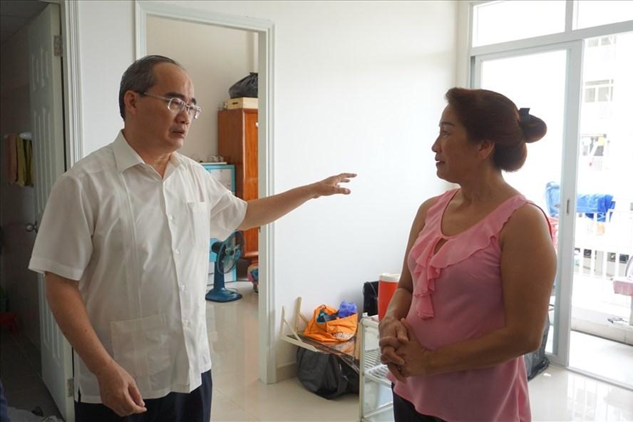 Bí thư Nguyễn Thiện Nhân thăm hộ dân Nguyễn Thị Thu Vân sống tại căn 315 khu C chung cư 17,3 ha.  ẢNh: M.Q