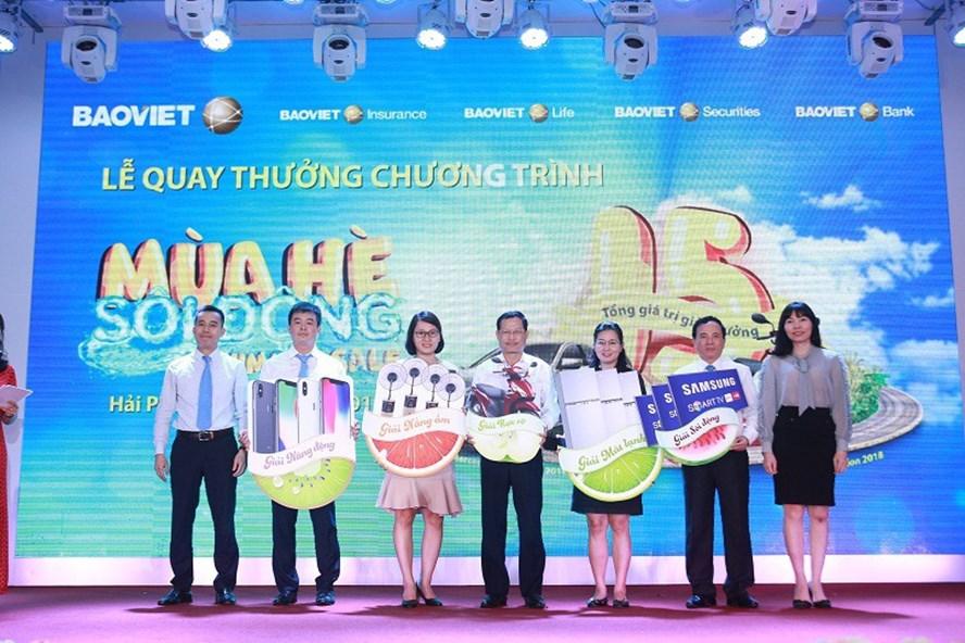 """Các khách hàng của Bảo Việt nhận giải thưởng của chương trình khuyến mãi """"Mùa hè sôi động""""."""