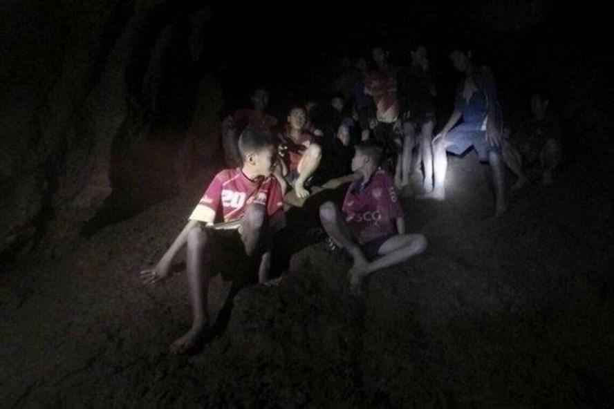 Đội bóng Thái Lan khi được đặc nhiệm tìm thấy trong hang Tham Luang. Ảnh: BP.