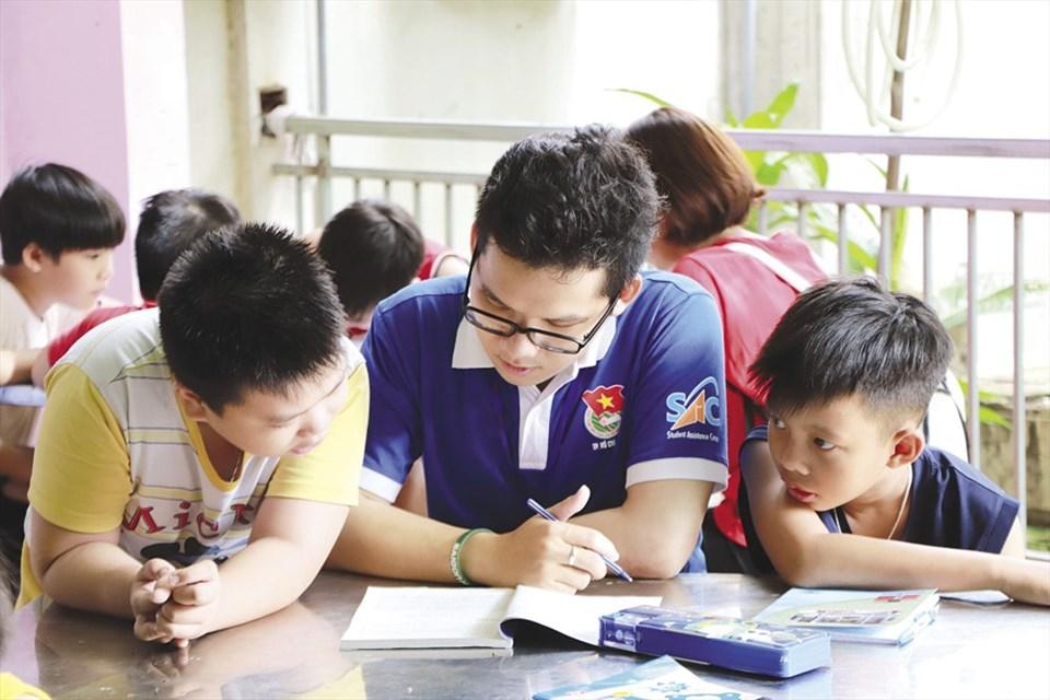 Lớp học được chia thành các nhóm theo lớp để các em học sinh dễ dàng tiếp thu kiến thức. Ảnh: MP