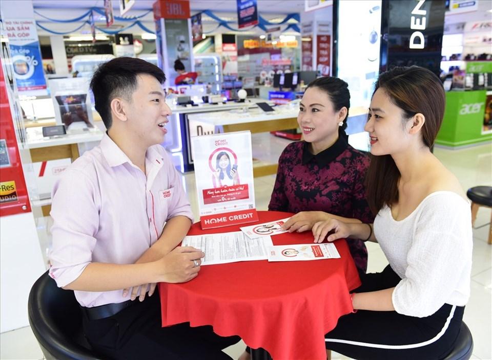 Nhân viên Home Credit tư vấn cho khách hàng về việc gói bảo hiểm khoản vay.